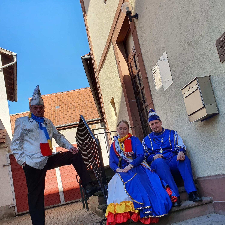 Prinzenpaar und Sekretär vor Rathaus Abenheim