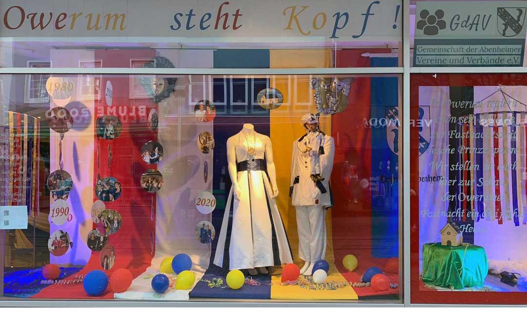 Kaufhof Fenster fastnachtlich dekoriert mit Prinzenpaaren