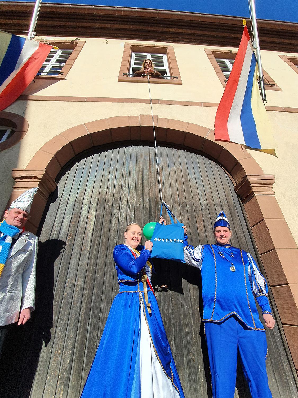 Prinzenpaar vor Rathaus Abenheim