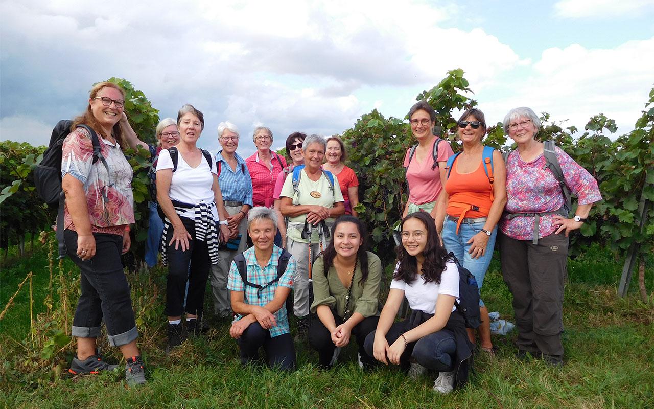 Gruppe von Frauen mit Himmel und Gras